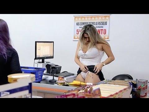4278c4deb Veterinária gostosa mostra calcinha de renda e enfurece mulheres